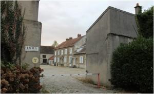 L'entrée du site de l'INRA : l'ancienne ferme de Bressonvilliers avec sa cours pavée